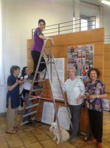 Francesca Koch, Irene Iorno (sulla scala), valentina Muià, Maria Paola Fiorensoli e Anselmi durante l'allestimento della mostra