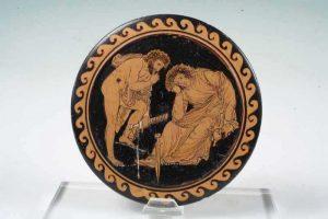 Museo nazionale archeologico di Altamura  - Coperchio di pisside raffigurante mito di Fedra.  contenitore in ceramica dove le donne greche riponevano i gioielli o i profumi. Questo coperchio, trovato in una tomba del 340 a.C., raffigura il mito di Fedra, la figlia del re di Creta Minosse. Innamorata del proprio figliastro Ippolito, Fedra lo accusò ingiustamente di averla sedotta e attirò su di lui l'ira degli dei, che mandarono un mostro marino a ucciderlo. Alla notizia della su morte, Fedra si tolse la vita per il rimorso.